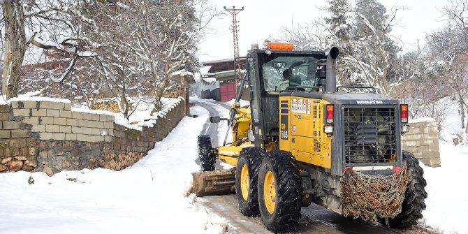 Kahramanmaraş'ın Dulkadiroğlu ilçesinde karla mücadele çalışmaları