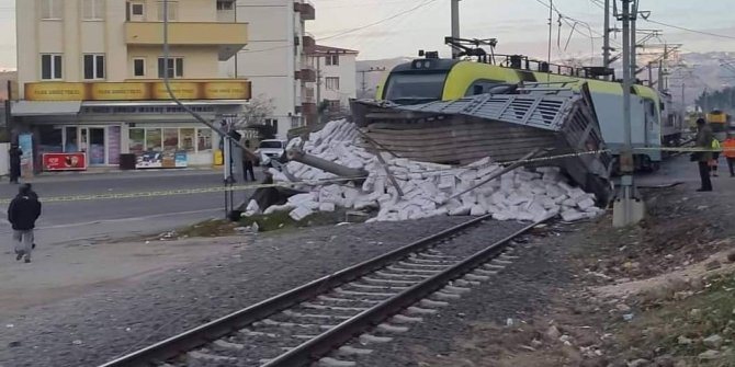 Kahramanmaraş'ta yük treni tırı biçti: 2 yaralı