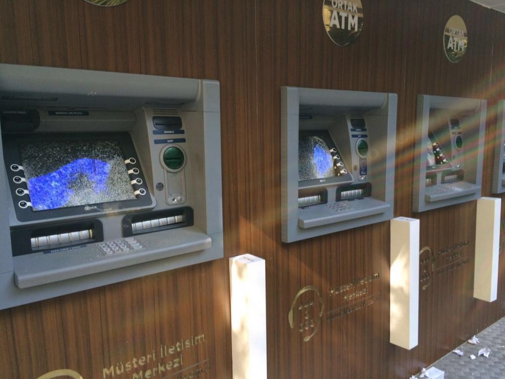 Kahramanmaraş caddesinde ATM'leri taş ile parçaladı 2