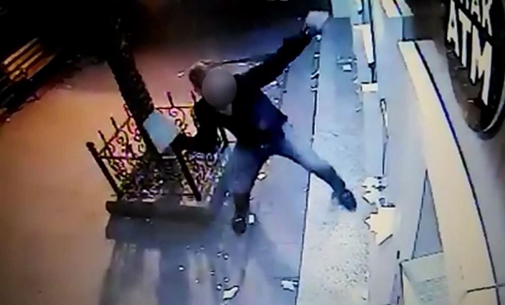Kahramanmaraş caddesinde ATM'leri taş ile parçaladı 3