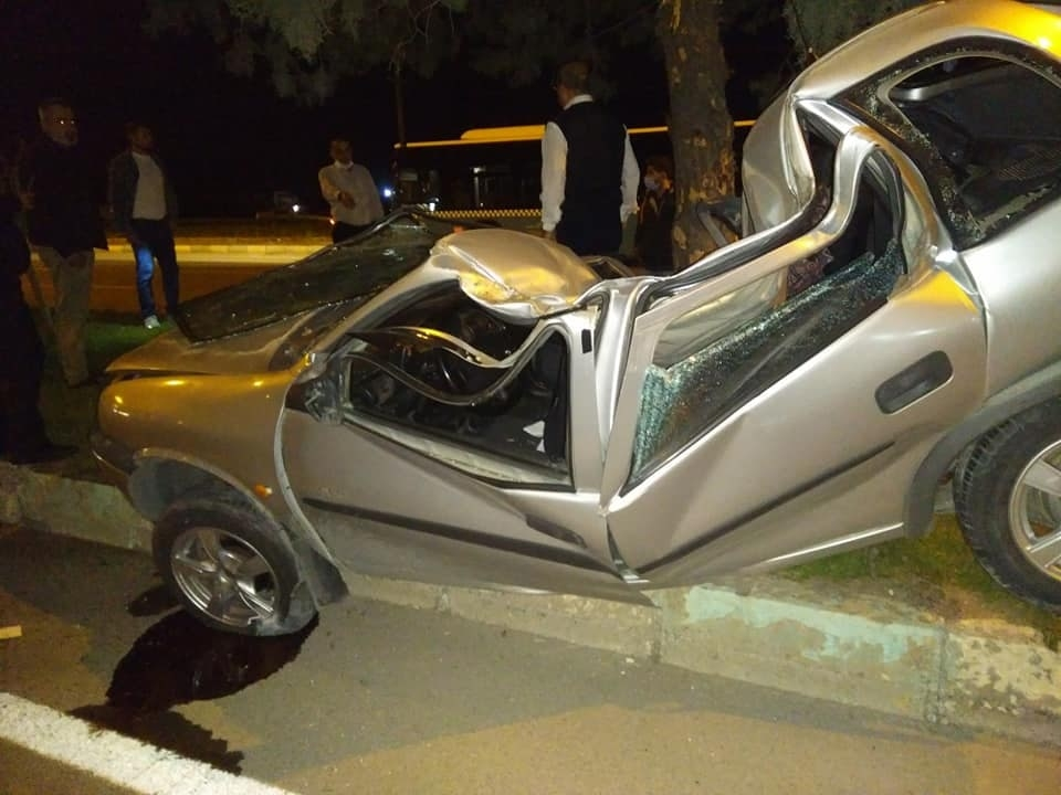 Kahramanmaraş'ta ağaca çarpan otomobil paramparça oldu 1