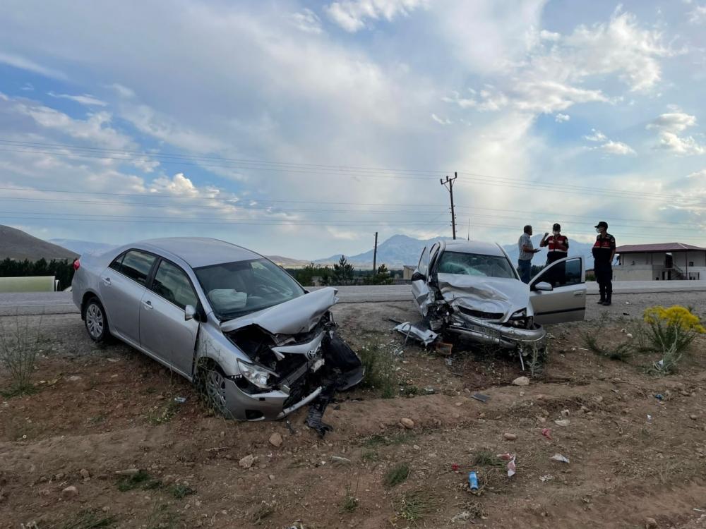 Kahramanmaraş'ta iki otomobil kafa kafaya çarpıştı: 5 yaralı 1