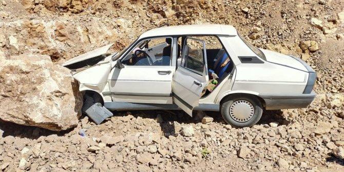 Kahramanmaraş'ta otomobil kayaya çarptı: 2 yaralı
