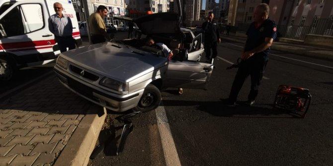 Aydınlatma direğine çarpan otomobil paramparça oldu