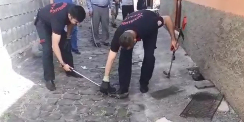 Kanalizasyonda mahsur kalan yavru yılanı itfaiye kurtardı