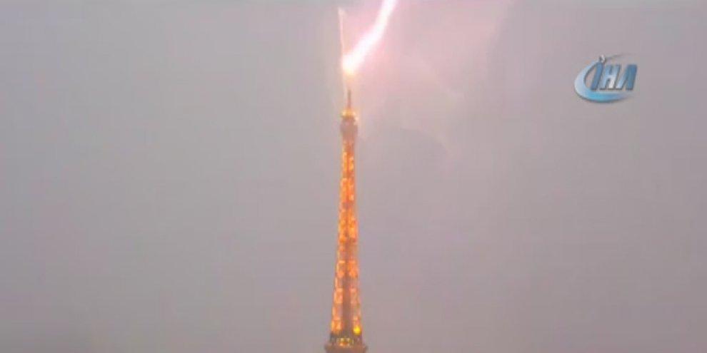 Eyfel Kulesi'ne yıldırım düştü, şehri aydınlattı