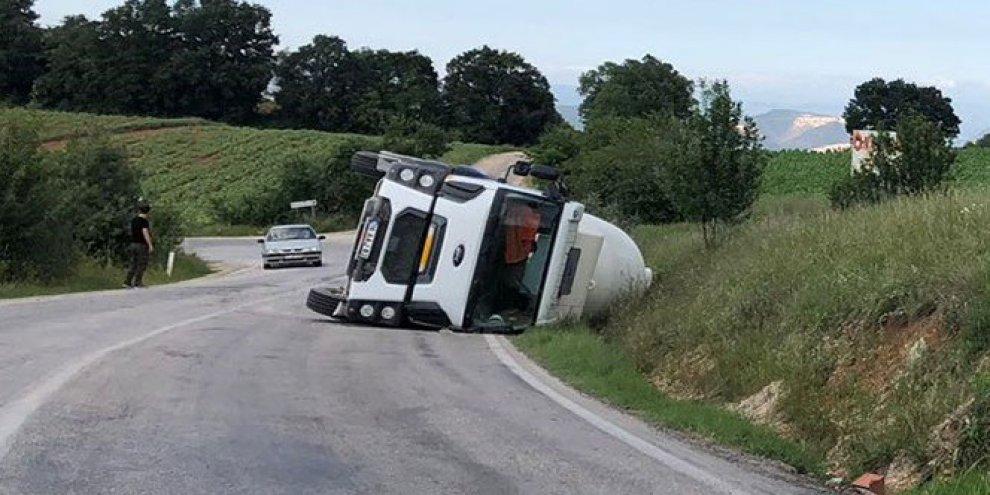 Seyir halindeki kamyon devrildi, sürücüsü yaralandı