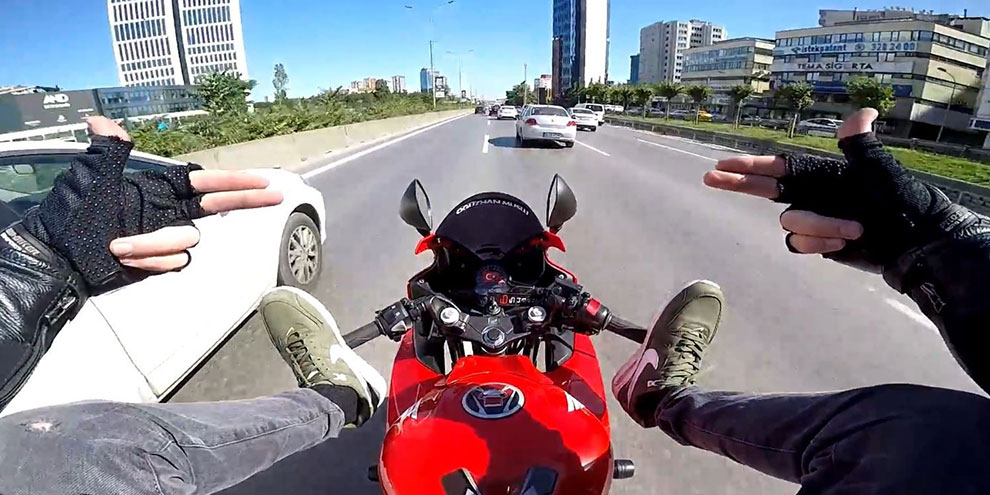 E-5 Karayolunda ayaklarıyla motosiklet süren maganda yakalandı