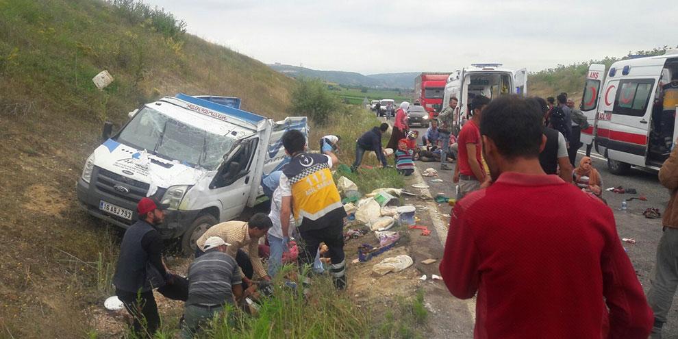 Tarım işçilerini taşıyan kamyonet kaza yaptı...2 ölü 41 yaralı