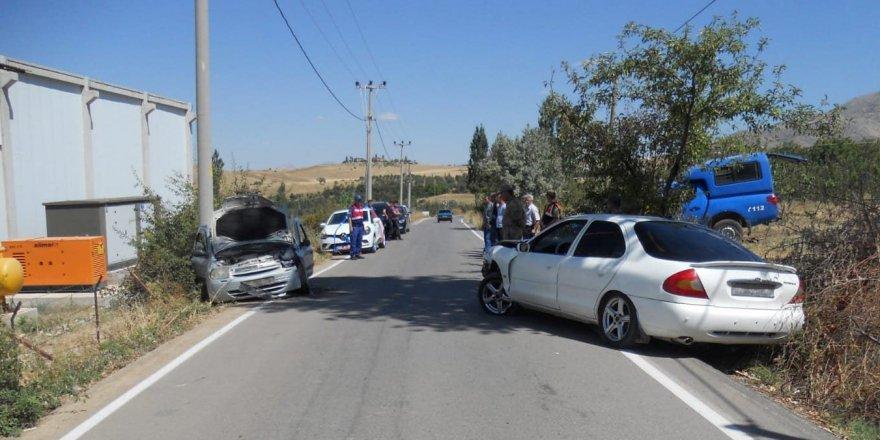 Otomobiller kafa kafaya çarpıştı: 10 yaralı
