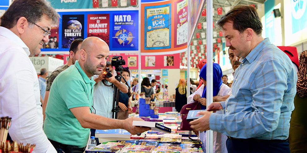Başkan Erkoç Kitap fuarında ilgi odağı oldu