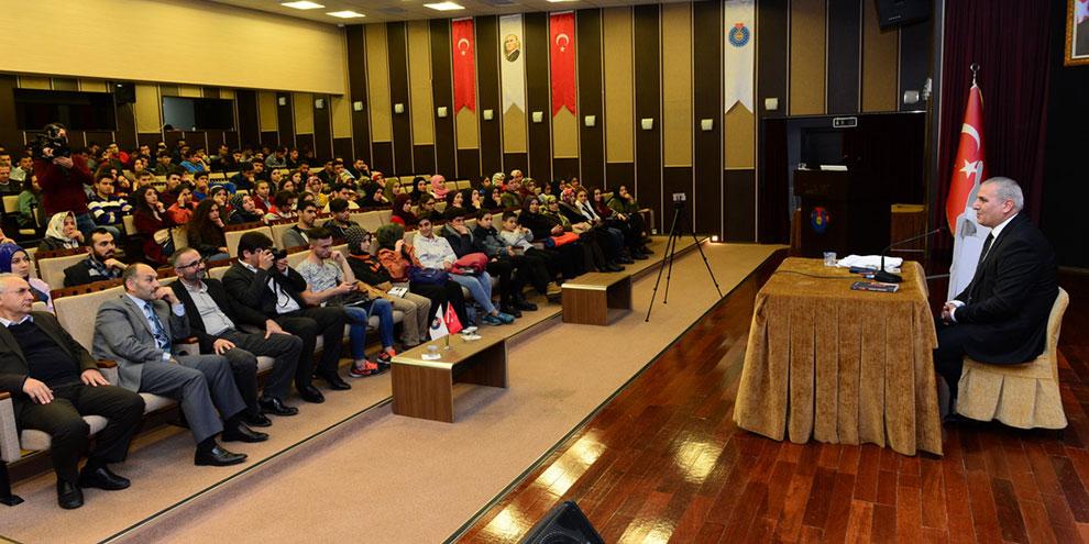 Yazar Mustafa Topcuoğlu, KSÜ'de söyleşi gerçekleştirdi