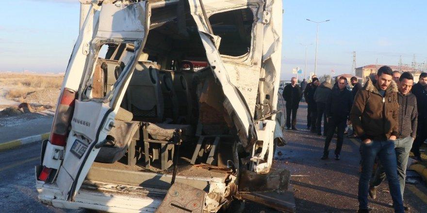 Servis minibüsü ve servis otobüsü çarpıştı