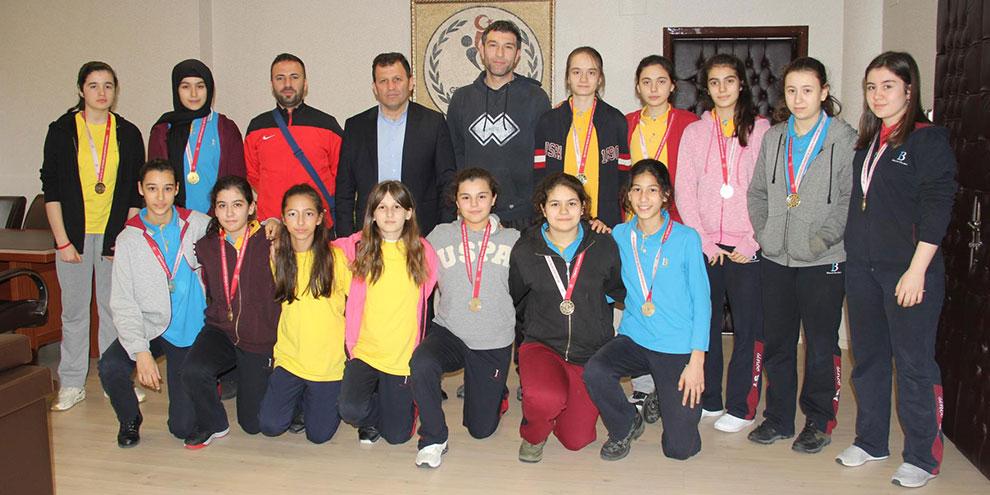 Yıldız Bayan Basketbol takımı grup birincisi