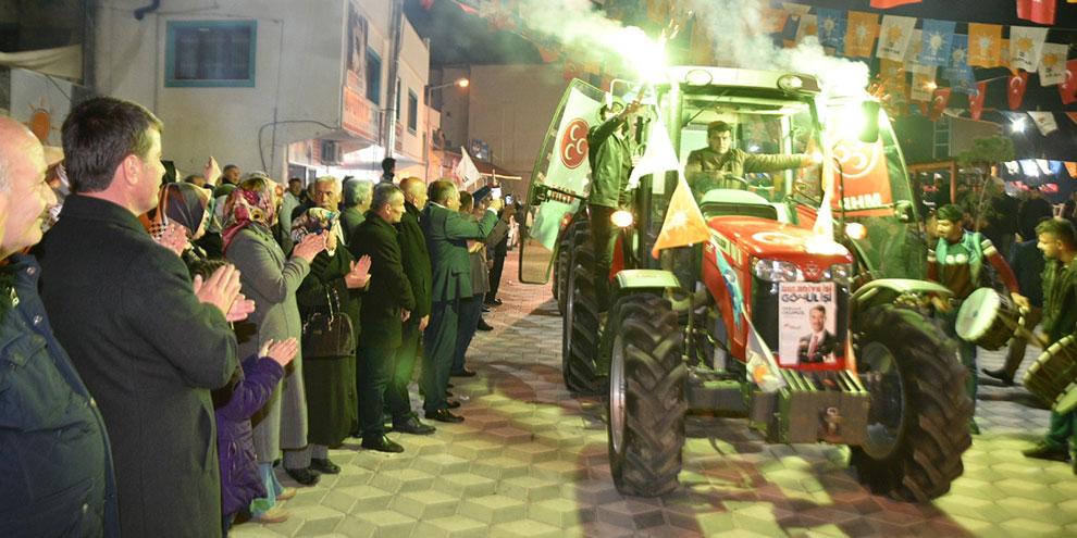 Çiftçilerden traktörleri ile Başkan Okumuş'a destek