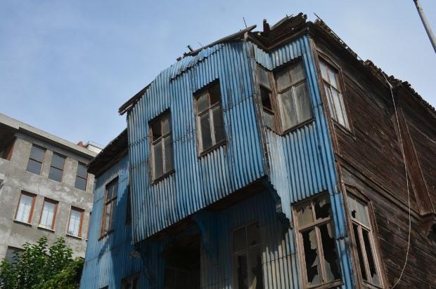 Yıkılmaya yüz tutan binaya 'Karadeniz usulü' çözüm