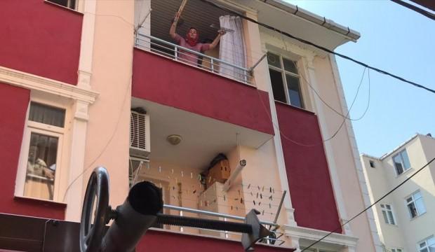 Sinir krizi geçiren kadın eşyaları sokağa atıp evi ateşe verdi
