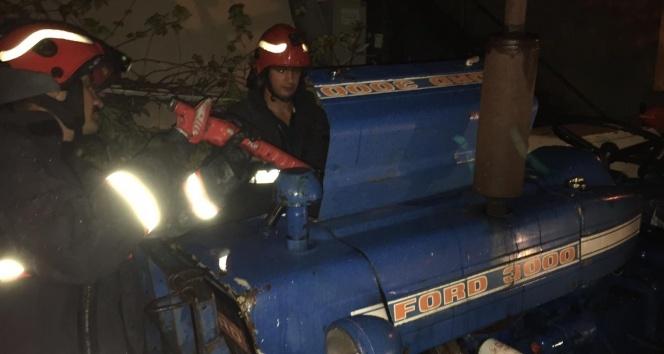 Kontağı açık unutulan traktörün elektrik aksamı alev aldı