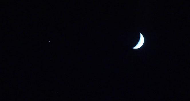 Gökyüzünde yan yana gelen Ay ve yıldız Türk bayrağını hatırlattı
