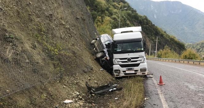Tırın çarpıp yamaca sıkıştırdığı aracın sürücüsü ölümden döndü