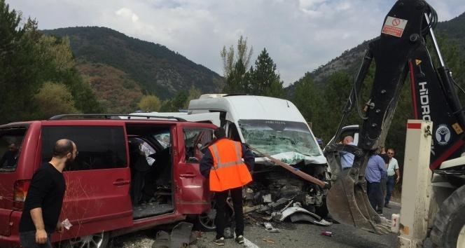 Kütahya Domaniç'te 2 minibüs çarpıştı: 1 ölü, 15 yaralı