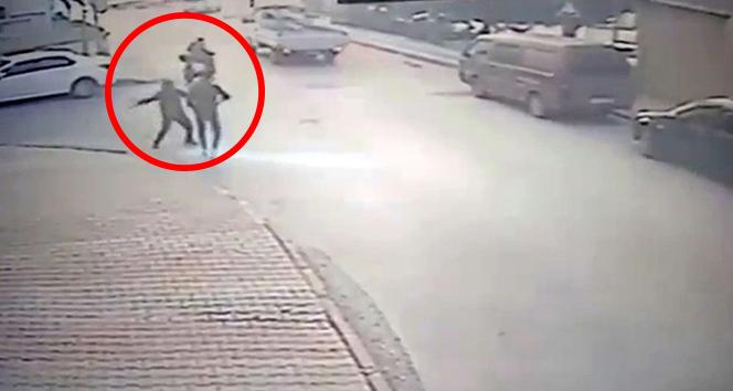 İstanbul'da bıçaklı dehşet: Önüne gelene saldırdı