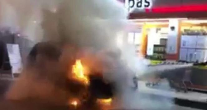 Sakarya'da park halindeki araç alev alev yandı