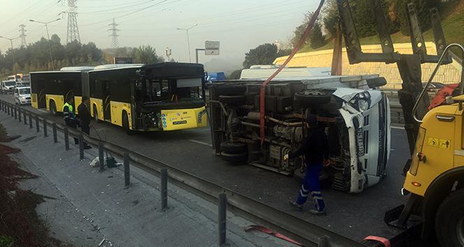İETT otobüsü park halindeki kamyonete çarptı: 1 yaralı