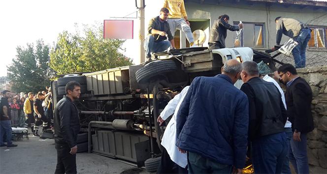 İşçileri taşıyan servis aracı devrildi: 1 ölü, 14 yaralı