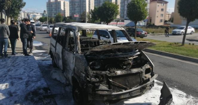 Ümraniye'de minibüsün alev alev yandığı anlar kamerada