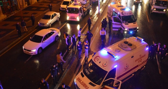 Beylikdüzü'nde polisleri taşıyan minibüs kaza yaptı: 3 yaralı