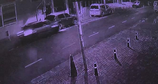 Sürücüsünün kontrolünden çıkan araç, arkadan çarptığı aracın altına girdi
