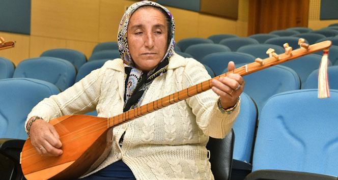 Gizlice eline aldığı bağlaması ile artık türkülere hayat veriyor