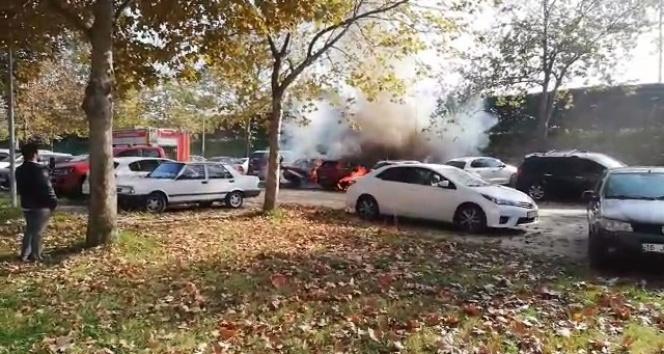 Bursa'da mangal kömürü iki arabayı yok etti