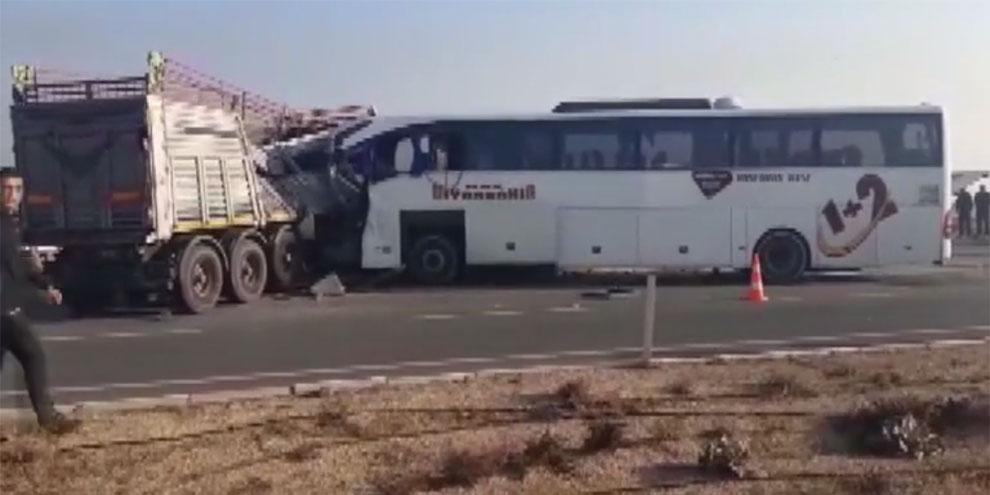 Yolcu otobüsü TIR'la çarpıştı! Çok sayıda ölü ve yaralı