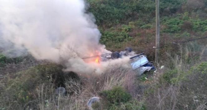 Uçuruma yuvarlanıp yanan kamyonetten sağ çıktı