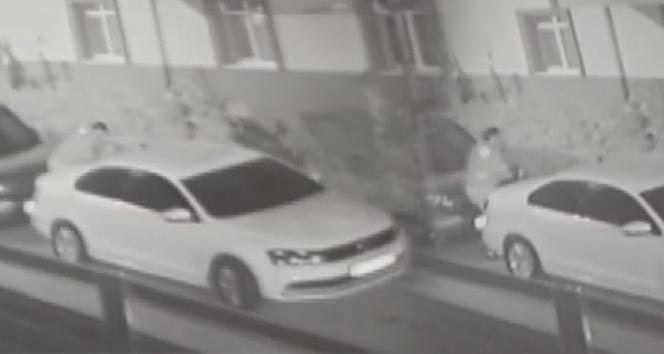 Bir kişi otomobilin egzozunu tıkadı, sahibi şaşkına döndü