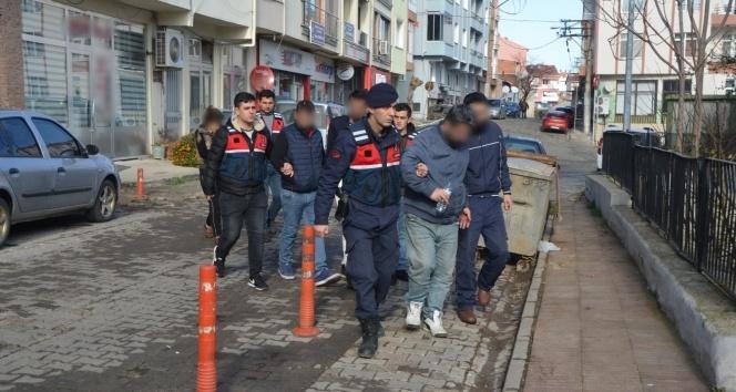 Kamyonetin içine 26 kaçak sığdırdılar: 5 tutuklama