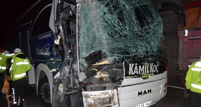 Yolcu otobüsü kamyona arkadan çarptı; 2'si ağır 6 yaralı