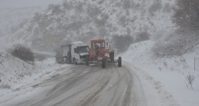 Demirci'de yolda mahsur kalan kamyon kurtarıldı