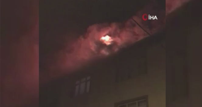 Pendik'te 3 katlı binanın çatısında çıkan yangın itfaiye ekiplerince söndürüldü.