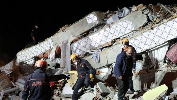 Elazığ'daki depremden iyi haber... Saatler sonra canlı kurtarıldılar