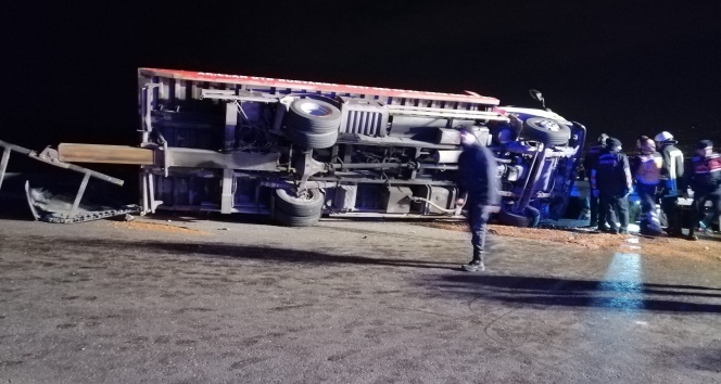 Arızalanan 2 otomobili taşıyan çekici devrildi: 2 ölü, 6 yaralı