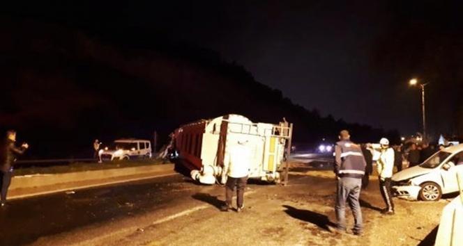 Devrilen tır, polis uygulama noktasında otomobillere çarptı: 2 yaralı