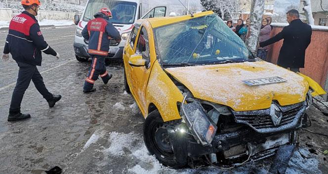 Kontrolü kaybeden ticari taksi direğe çarptı: 4 yaralı