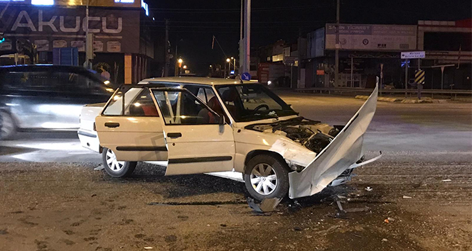 D-100 karayolu sanayi ışıklarında otomobil ile kamyonet çarpıştı: 2 yaralı