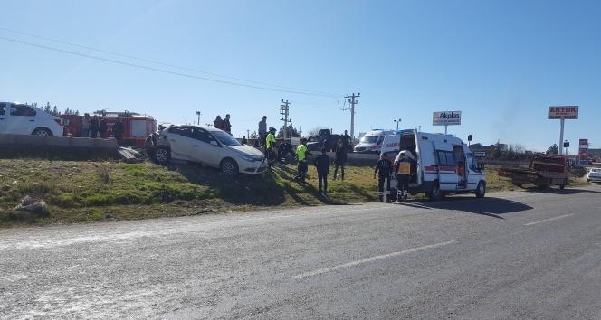 Yayalara yol vermek için durdu, arkadan ambulans çarptı