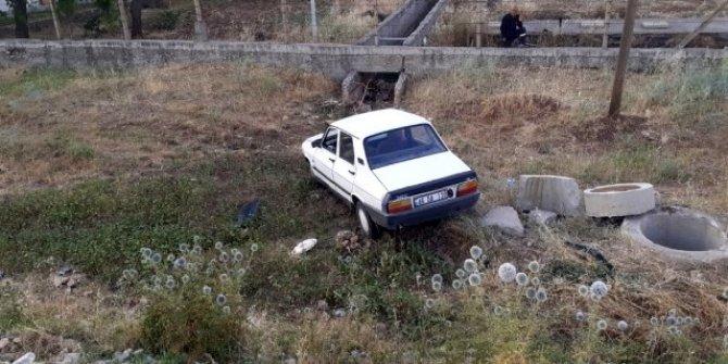 Kahramanmaraş istikametindeki otomobil şarampole yuvarlandı