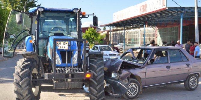 Kahramanmaraş'ta otomobil traktöre çarptı