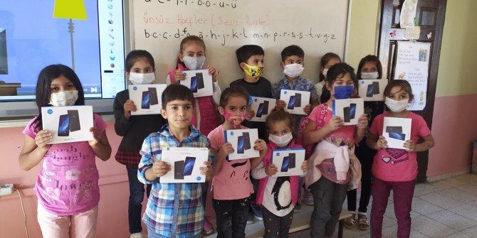 Yeni Dünya Kampanyası'nda ilk tabletler çocuklara ulaştı